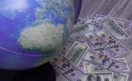 Dzień dolary, kula ziemska i światowa mapa, Przygotowywać dla wycieczki Planować wakacje, wybór miejsce przeznaczenia, zabawa Zdjęcie Stock