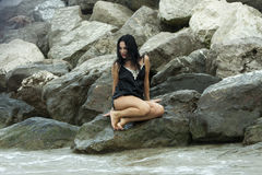 dzień dziewczyny oceanu deszcz kołysa seksownego Fotografia Stock