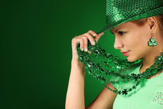 dzień dziewczyny Patrick s st Młoda kobieta jest ubranym kapelusz nad zielenią Obraz Stock