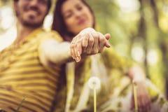 dzień ilustracyjni valentines miłości Zamyka w górę wizerunku pary mienia ręki Zdjęcie Stock