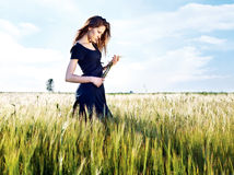 dzień kobieta śródpolna pogodna pszeniczna Fotografia Stock