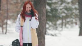 dzień mrozowa Styczeń natury parka śnieżna drzew zima Uśmiechnięta kobieta opowiada na telefonie z jaskrawym czerwonym włosy śmia zbiory