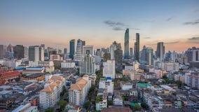 Dzień nighttime upływ widok z lotu ptaka śródmieście Bangkok miasto w Tajlandia przy zmierzchu czasem zbiory