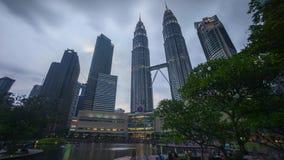 Dzień noc zmierzchu scena przy Petronas Bliźniacza Wieża KLCC jeziora parkiem zbiory