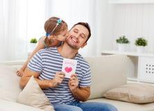 dzień ojciec s Szczęśliwa rodzinna córka daje tata kartka z pozdrowieniami Zdjęcie Stock