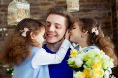 dzień ojciec s Szczęśliwi rodzinni córka bliźniacy ściska tata i śmiechów na wakacje Zdjęcia Stock