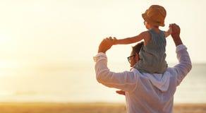 dzień ojciec s Tata i dziecka syn bawić się wpólnie outdoors na su Zdjęcie Royalty Free