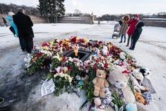 Dzień opłakiwać Tragadia w Kemerovo Kłaść kwiaty Zdjęcie Royalty Free