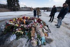 Dzień opłakiwać Tragadia w Kemerovo Kłaść kwiaty Obrazy Royalty Free