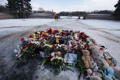 Dzień opłakiwać Tragadia w Kemerovo Kłaść kwiaty Zdjęcie Stock