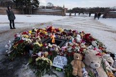 Dzień opłakiwać Tragadia w Kemerovo Kłaść kwiaty Obrazy Stock