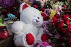 Dzień opłakiwać Tragadia w Kemerovo Kłaść kwiaty Fotografia Royalty Free