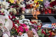 Dzień opłakiwać Tragadia w Kemerovo Kłaść kwiaty Obraz Stock