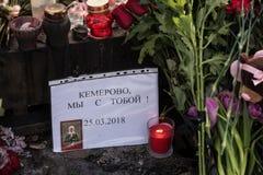 Dzień opłakiwać Tragadia w Kemerovo Kłaść kwiaty Zdjęcia Royalty Free