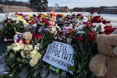 Dzień opłakiwać Tragadia w Kemerovo Kłaść kwiaty Fotografia Stock