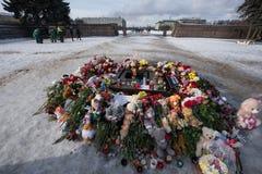 Dzień opłakiwać Tragadia w Kemerovo Kłaść kwiaty Obraz Royalty Free