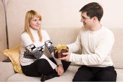 dzień prezenty daje mężczyzna s valentine kobiety obraz royalty free