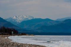 Dzień przy Baikal jeziorem Wiosny unosić się lód Obraz Stock