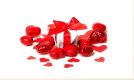 dzień pudełkowata prezentu dziewczyna jego człowiek czerwonym jest walentynka young Obraz Royalty Free