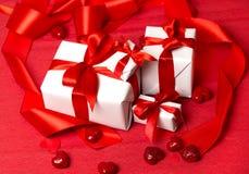dzień pudełkowata prezentu dziewczyna jego człowiek czerwonym jest walentynka young Zdjęcia Royalty Free