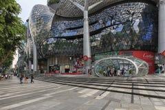 Dzień scena jonu sadu centrum handlowe z kilka turystami chodzi obok obrazy stock