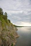 dzień chmurnego rocky brzegu rzeki Zdjęcia Stock