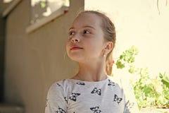 Dzieciństwo i świeżość Mała dziewczynka z młodą skórą na wiośnie lub letnim dniu Dziecko z śliczną twarzą plenerową Piękno dzieci zdjęcie royalty free