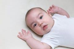 Dziecięca chłopiec kłama w dziecka ściąga fotografia stock