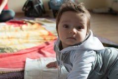 Dziecięca chłopiec w matki świetlicowy pozować dla kamery Fotografia Stock
