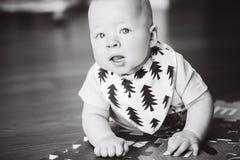 Dziecięca dziecka dziecka chłopiec Sześć miesięcy Starych Bawić się na podłoga Fotografia Royalty Free