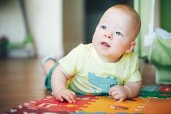 Dziecięca dziecka dziecka chłopiec Sześć miesięcy Starych Bawić się na podłoga Fotografia Stock