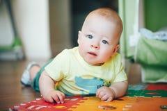 Dziecięca dziecka dziecka chłopiec Sześć miesięcy Starych Bawić się na podłoga Obrazy Royalty Free