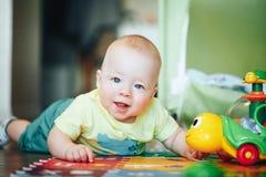 Dziecięca dziecka dziecka chłopiec Sześć miesięcy Starych Bawić się na podłoga Obrazy Stock