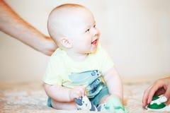 Dziecięca dziecka dziecka chłopiec Sześć miesięcy Starych przedstawienie emocj Zdjęcie Royalty Free