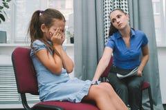 Dziecięca płacz złożoności macierzyństwa rodzina zdjęcie royalty free