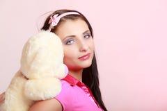 Dziecięcej kobiety dziewczyny przytulenia infantylny miś obrazy stock