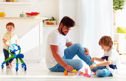 Dziecięcy berbecia dziecka odprowadzenie z iść fura podczas gdy ojciec i dzieciak bawić się gry wpólnie Fotografia Royalty Free