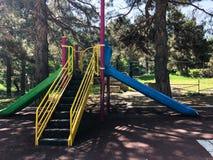 Dziecięcy boisko w miasto parku Huśtawkowy carousel w parku dla dzieci Zdjęcie Stock