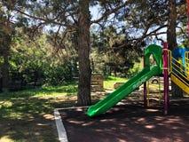 Dziecięcy boisko w miasto parku Huśtawkowy carousel w parku dla dzieci Zdjęcia Royalty Free