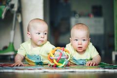 Dziecięcy dziecka dziecka bliźniaków bracia Sześć miesięcy Starych Bawić się na podłoga Zdjęcia Stock