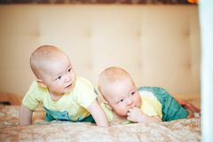 Dziecięcy dziecka dziecka bliźniaków bracia Sześć miesięcy Starych w domu na łóżku Obrazy Royalty Free
