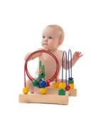 Dziecięcy dziecka dziecka berbeć stoi drewnianego educationa i bawić się Obraz Stock