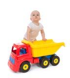 Dziecięcy dziecko chłopiec berbeć z dużą zabawkarską samochód ciężarówką obraz stock