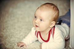 Dziecięcy kraul na podłogowym dywanie zdjęcie royalty free