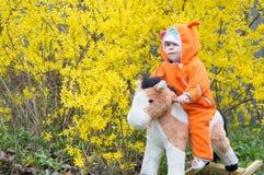 Dziecięcy ono pozbywa się koń obrazy stock