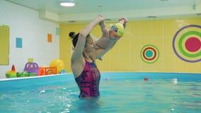 Dziecięcy szkolenie z instruktorem w basenie zdjęcie wideo