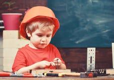 Dzieciństwa pojęcie Chłopiec sztuka jako budowniczy lub naprawiacz, praca z narzędziami Dziecko marzy o przyszłościowej karierze  obrazy stock
