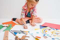 dzieciństwo edukacji laptopa berbecia wcześniej przy użyciu komputerowego dziecko artystyczny Fotografia Royalty Free
