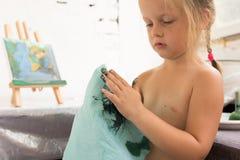 dzieciństwo edukacji laptopa berbecia wcześniej przy użyciu komputerowego Kreatywnie mała dziewczynka Obrazy Royalty Free