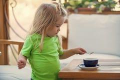 Dzieciństwo i dziecko opieki pojęcie Fotografia Royalty Free